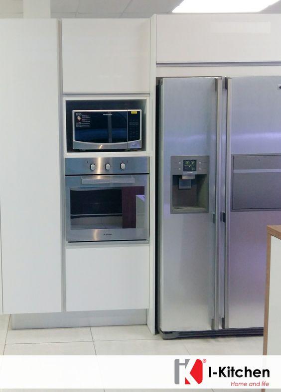 Hermosa cocina con empotrado de nevera horno y microondas for Cocina al microondas