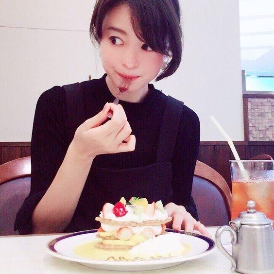 ケーキをおいしそうに食べている小林涼子の画像