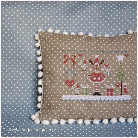 puntocroce e fantasia: un cuscino natalizio I love the fabric used and the finish.