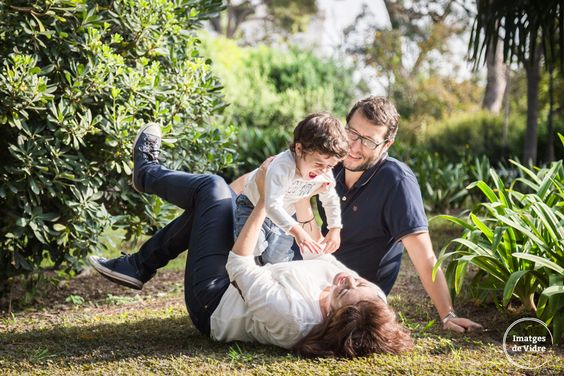 sesión de fotos familiar al aire libre. familia jugando en el parque. niño riendo. familiar outdoors photography session. family playing in the park. smiling kid.  http://imatgesdevidre.com