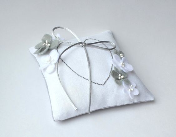 Wedding Ring Pillow With Flowers and Heart Linen door DoTheDeco