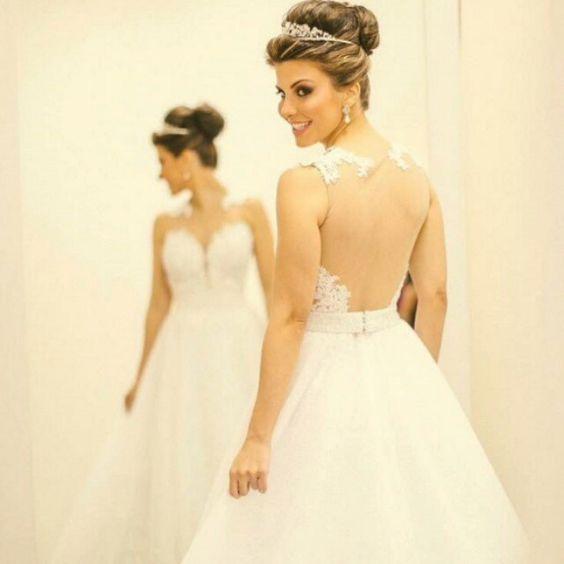 """Noiva linda com um vestido maravilhoso. Adorei receber as fotos com o """"nosso"""" cabide personalizado. @manuzuchi obrigada pela confiança. Beijos enorme e Felicidades sempre.  #aramedeideias #cabidepersonalizado #noiva #casamento #makingof"""