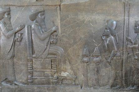Der persische Herrscher empfängt die Referenz seines Höflings. Foto: KW.