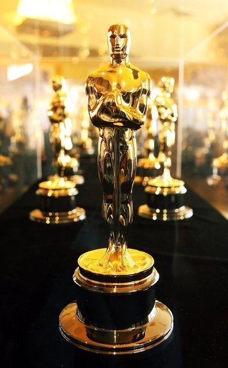 Next Year S Oscars Awards Show Has Been Postponed 8 Weeks To April 25 2021 With A Date Change Comes An Extended Elig In 2020 Oscar Award Oscar Trophy Academy Awards