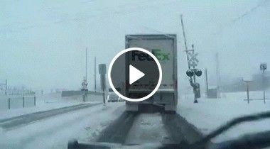 Caminhão de entrega passa e trem pega ele de cheio.