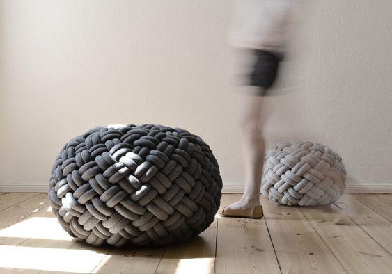 Sitzkissen aus weichen Jersey-Röhren, die mit elastischem Schaumstoff und Polysterol-Flocken gefüllt wurden...von Kumeko.
