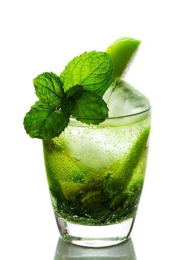 Ingrédients (pour 1 verre) : - 3 cuillères à café de sucre de canne en poudre - 1/2 citron vert - 1 branche de menthe bien fournie - eau gazeuse - rhum (cubain de préférence, c'est le pays du mojito) - glaçons