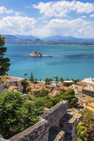De Atenas a la mítica península griega, un plácido viaje en coche entre olivos…