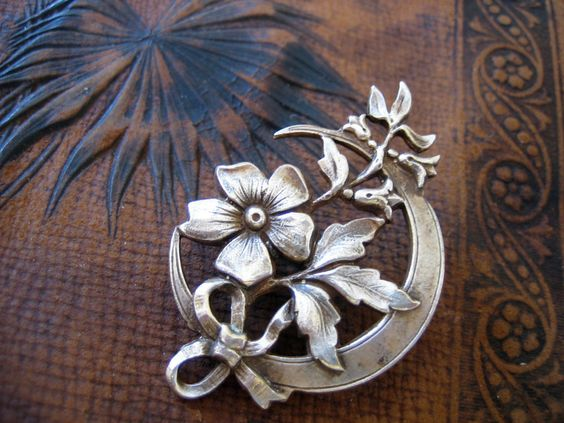 dekorative Lotusblütenbrosche
