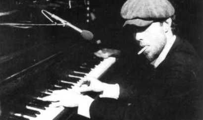 Tom Waits Photo (at the piano, mid-70s)