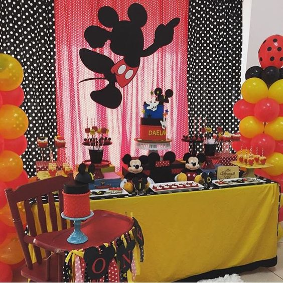 Olha que fofa essa festinha Mickey para o primeiro aniversário, com o cadeirão também decorado ao lado da mesa. Adorei! Por @anagnydilone ❤️ #kikidsparty