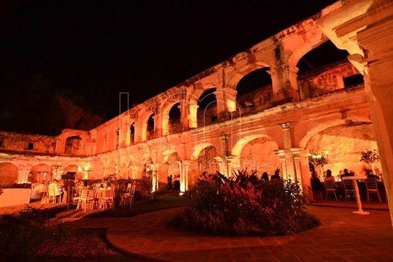 Y por la noche!!!  Luz Ámbar.   Las ruinas el centro del espectáculo.   Bello  Wala Events