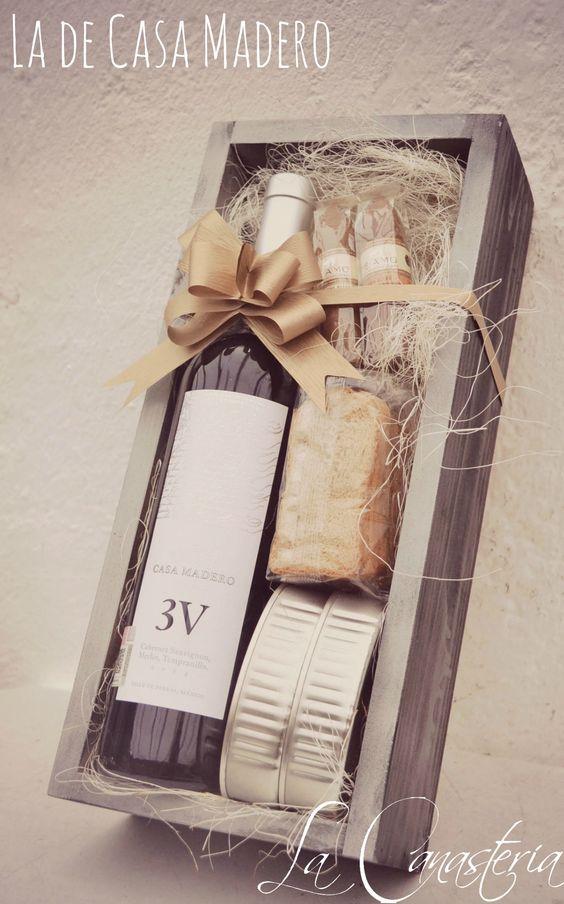 La de Casa Maderoes un arreglo de vino que nos encanta para regalos de agradecimiento o regalos corporativos para hombre con una excelente botella de tinto mexicano de Casa Madero. Incluye también…