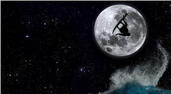 """Não vou mentir que uma sessão de surf durante a noite pode ser um pouco perigoso. Não digo isso porque você pode se afogar com mais facilidade ou porque os tubarões sofrem de insônia, mas vai que você toma caldo.Quem vai conseguir te ver para ajudar? Bom, Se você fizer como esses surfistas, todos poderão...<br /><a class=""""more-link"""" href=""""https://catracalivre.com.br/geral/agenda/indicacao/surfe-noturno-dropando-as-ondas-sob-a-lua-e-as-estrelas/"""">Continue lendo »</a>"""