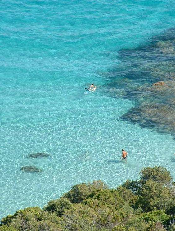 La Corse. La plage de Roccapina (Sartène). Même pas besoin d'aller en Thaïlande pour trouver de l'eau profonde et limpide.