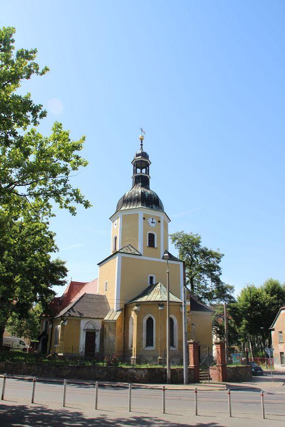 An der Stelle der heutigen Kirche wurde eine Kapelle im Jahre 1397 zur Pfarrkirche erhoben und dem heiligen Laurentius geweiht. Der untere Teil des Chorturms des derzeitigen Baus ist hier der älteste - noch erhaltene - Teil des Gebäudes. Aus dem 15. Jahrhundert stammt das Sternrippengewölbe, welches man im Turmuntergeschoss bewundern kann.  Die Leutzscher Gemeinde wurde in der ersten Hälfte  ...