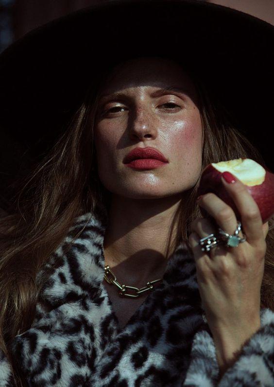 Daniella Midenge för ELLE Rumänien med Cate Underwood | Mode redaktionella