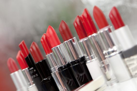 Roter Lippenstift - Farbvergleich http://www.magi-mania.de/rote-lippenstifte-vergleich-mac-clarins-catrice-alverde/