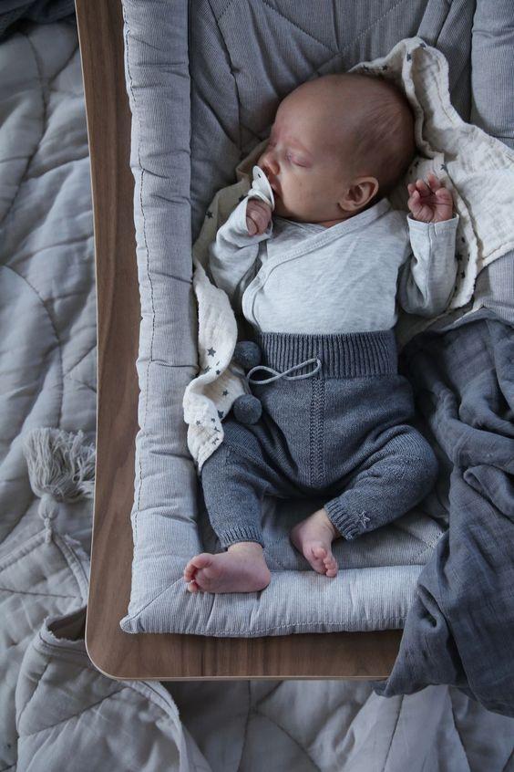 Ein Komfortabler Schoner Ort Zum Entspannen Fur Babys Ist Die Babywippe Von Charlie Crane Www Kl Outfits Bebisar Pojkar Baby Flicka Klader Gulliga Bebisar