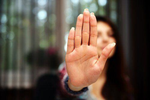 Mujer con mano en alto