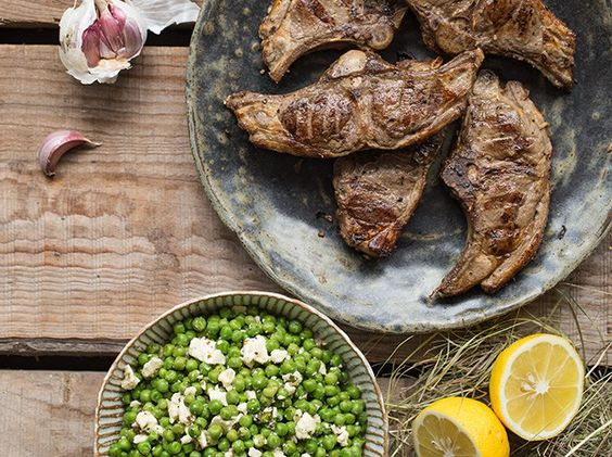 GEGRILLTE LAMMKOTELETTS MIT ERBSEN-FETA-SALAT Würziges Lammfleisch mit knackigen Erbsen und einem Hauch von Minze - so lässt Sie das traditionelle Osterlamm in diesem Jahr den Frühling schmecken