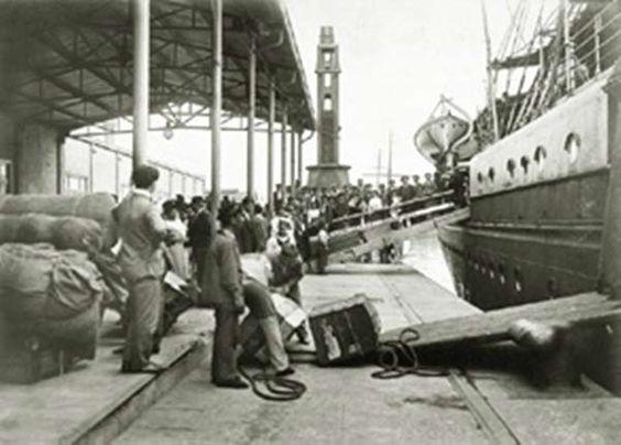 """Buenos aires antiguo. Lugar de desembarco de pasajeros, inmigrantes, al lado se inauguró el """"Hotel de los inmigrantes""""( 1911),"""