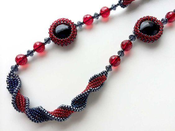 ブリティッシュカラーの螺旋ロングネックレス