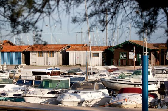 Le port d'Audenge est un port d'échouage de 240 places (tirant d'eau de 1 à 1,80 m suivant marées). Vous trouverez douche et wc sur place et des commerces à 800 m.