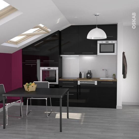 cuisine noire de style design finition brillante petite implantation en ligne et sous pente - Couleur Mur Pour Cuisine Noire