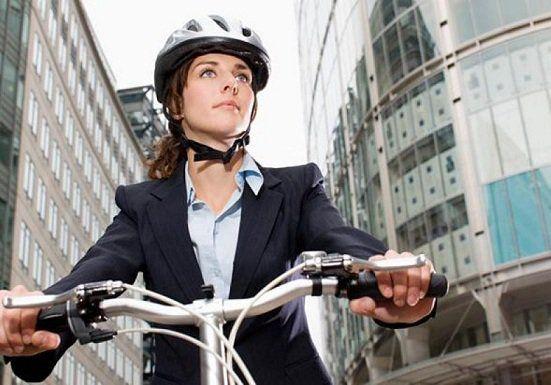 Um estudo feito pela Universidade de East Anglia (UEA), em parceria com o Center for Diet and Activity Research, revelou que pedalar ao trabalho pode render uma série de benefícios, sobretudo, na balança. Quem troca o carro pela bike pode emagrecer até sete quilos, dependendo do tempo e distância de deslocamento.