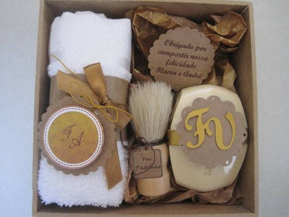 Sabonete para homem de 90gr, toalha e pincel para barba. Todos os produtos são delicadamente decorados e personalizados ao gosto do cliente.    Embalagem: Caixa de mdf ou kraft