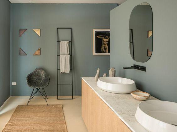 Na suíte, o banheiro do casal é decorado com formas geométricas em objetos minimalistas. A louça e os misturadores da @decaoficial tão o tom da bancada #casavogueexperience2018 #casavogueexperience #decaoficial 📸 @guigomes7