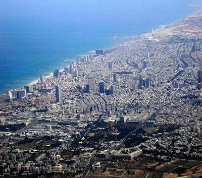 Tel_Aviv_city -A cidade está localizada 60 km a noroeste de Jerusalém e a 90 km ao sul da cidade de Haifa.