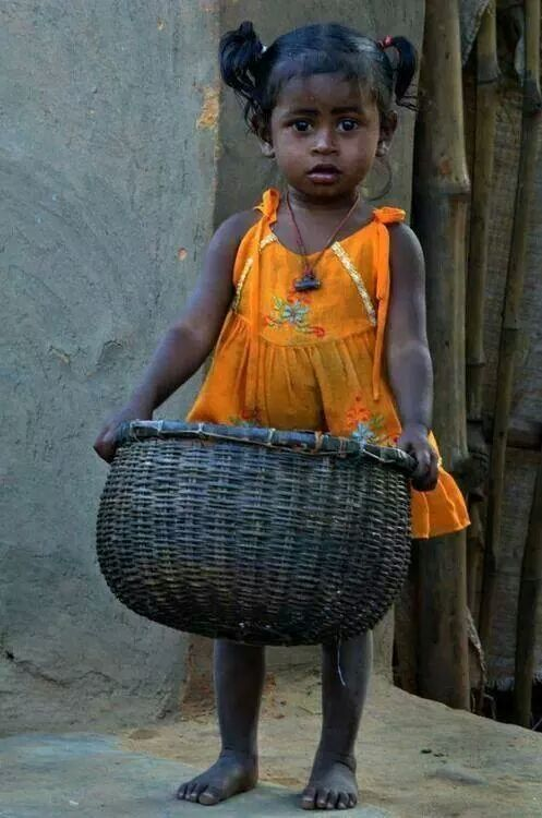 Little girl carrying a big basket.  .......... Para ver cosas  de Colombia, pulsa el siguiente enlace ..... http://www.chispaisas.info/
