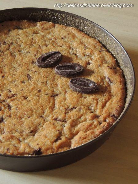 J'ai repéré cette recette hyper facile et rapide à préparer chez Torchons & Serviettes. J'ai craqué! ce gâteau a un côté croquant à l'extérieur et moelleux à l'intérieur comme pour un cookie. A la maison, il a fait un carton. Et à 4 mains, c'était plus...