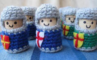 Un ejército de caballeros de corcho forrados con tejido de lana. Puedes hacerlo también con fieltro.