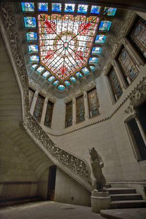 Escalera de acceso al piso noble de la Casa Burés, con el oso rampante. Barcelona  Catalonia  / JOAN SÁNCHEZ: