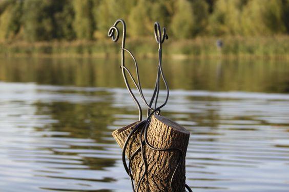 Galionsfigur aus geschmiedetem Stahl, der sich um einen alten Baumstumpf windet