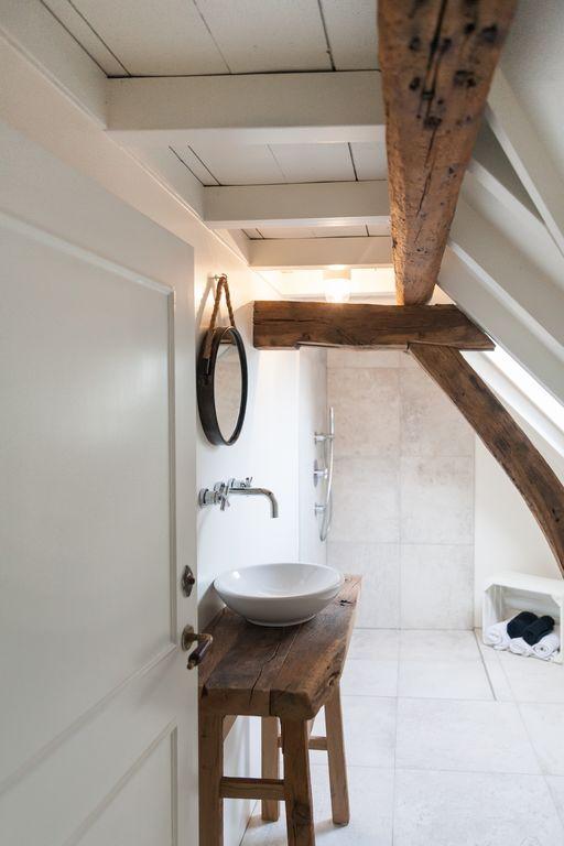 Nostalgische badkamer met 60x60 vloertegels op de vloer en in de ...
