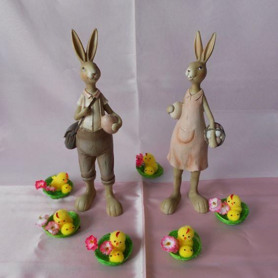 Coppia di conigli in resina con abiti sulla tonalità rosa