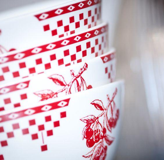 un bol en fa ence ivoire d cor d 39 un motif rouge charmant et traditionnel embl matique de la. Black Bedroom Furniture Sets. Home Design Ideas