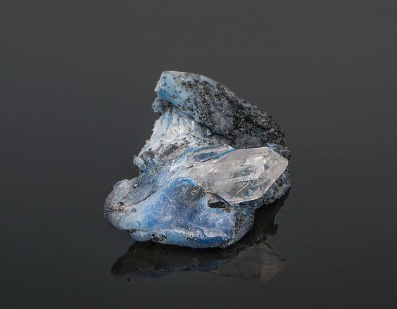42 HATARA - Jelizaveta Suska Brooch: Frozen Moment, 2016 Polymer, magma, sand, gold, crystal, titanium. Photo by: Jelizaveta Suska: