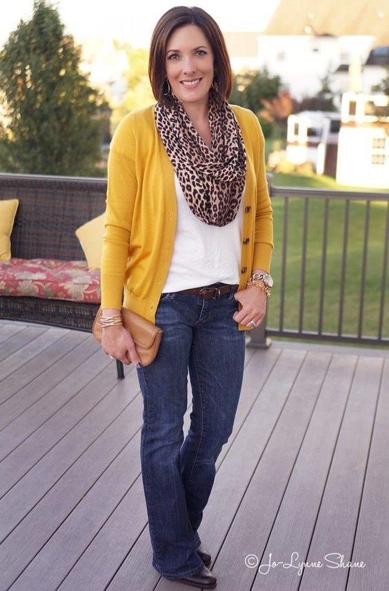 """O cardigan mostarda é o chamado """"ponto de luz"""" desse look minimalista. Adoro o lenço amplo de onça e as bijous douradas dão um toque de riqueza. Fonte: blog Jo-Lynne Shane"""