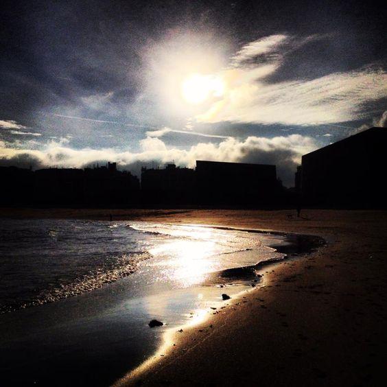 """#SanSebastian #Donostia #Spain """"Amanecer en la Zurriola""""  Foto enviada por: Marisol Caro Ocio  Lugar: Playa de la Zurriola  Fecha: Diciembre 2012"""