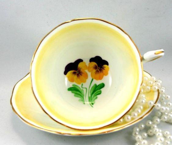 Adderley Teacup & Saucer, Pansies Pattern su sfondo giallo chiaro, cerchi oro, Bone China inglese fatta in 1960.