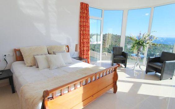 Que demander de mieux que de s'endormir dans une belle chambre avec une sublime vue sur la ville de ses vacances ? Offrez vous cette vue superbe à partir de 2017€ / 7 jours sur la Costa Brava. #maison #spain