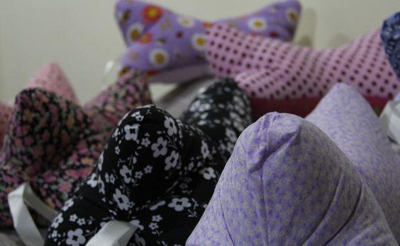 Almofada para pescoço em tecido 100% algodão com enchimento de fibra de poliéster. <br>3 estampas variando a cor lilás. <br>Com um formato perfeito para encaixar o pescoço e proporcionar o merecido relaxamento ! <br>Ótimo acessório para viagens.