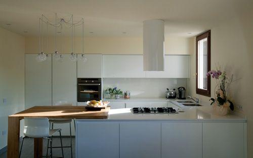 Cucina realizzata su misura laccata opaca bianca con bancone in legno massello di olmo - Cucina bianca opaca ...