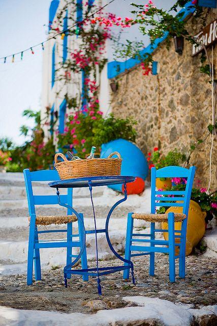 Colorful Scene, Kos, Greece heerlijk dit tafereel krakkemikke stoeltjes met een bruisende spa met citroen, een boerensalade met brood en de zon: