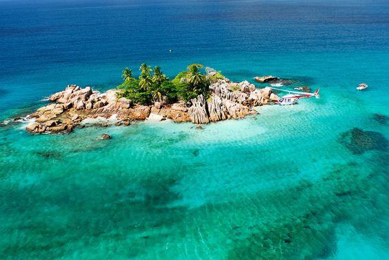 Seychelles : sur cette photo les couleurs ont été (très) saturées, mais la réalité reste belle. L'îlot Saint-Pierre, au large de Praslin.